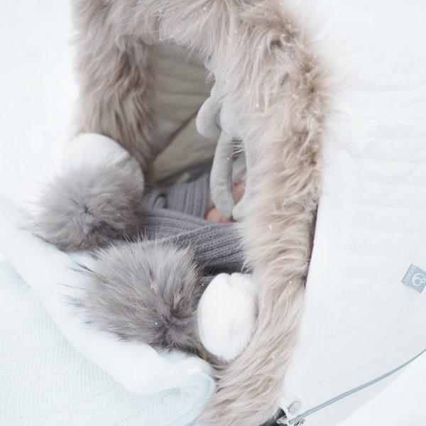 PikkuVaniljan Baby's Only vauvan makuupussissa on lämmin vuori, jonka vuoksi esimerkiksi kauppaan mennessä vauvalle ei tarvitse pukea ulkovaatteita lainkaan. Vauva laitetaan turvakaukaloon sisävaatteissa, pipossa ja tarvittaessa käsiin voi laittaa lapaset. Kaupassa pussin vetoketjun voi kätevästi avata, ettei vauvalle tule kauppareissun aikana kuuma. Esimerkiksi merinovillaiset vaatteet ovat täydellinen valinta lämpöpussin sisällä käytettäväksi. Toisin kuin monissa muissa lämpöpusseissa, tässä mallissa pussin etuosa on kokonaan irroitettavissa -vauvaa ei tarvitse herättää kotiin tultaessa, vaan hän voi rauhassa vielä nukkua ilman, että tulee kuuma.