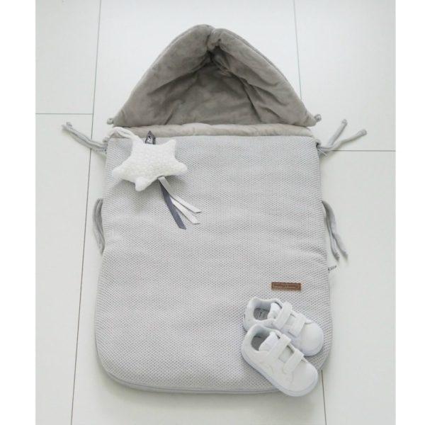 Vauvan makuupussissa on lämmin vuori, jonka vuoksi esimerkiksi kauppaan mennessä vauvalle ei tarvitse pukea ulkovaatteita lainkaan. Vauva laitetaan turvakaukaloon sisävaatteissa, pipossa ja tarvittaessa käsiin voi laittaa lapaset. Kaupassa pussin vetoketjun voi kätevästi avata, ettei vauvalle tule kauppareissun aikana kuuma. Esimerkiksi merinovillaiset vaatteet ovat täydellinen valinta lämpöpussin sisällä käytettäväksi. Toisin kuin monissa muissa lämpöpusseissa, tässä mallissa pussin etuosa on kokonaan irroitettavissa -vauvaa ei tarvitse herättää kotiin tultaessa, vaan hän voi rauhassa vielä nukkua ilman, että tulee kuuma. Baby's Only lämpöpussi on todellinen vauva-arjen helpottaja syksyllä, talvella ja keväällä!