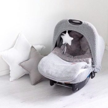 Voit tehdä turvakaukalosta suojaisan ja mukavan paikan vauvan matkustaa: lämpöpussista vauva saa miellyttävän pehmeän alustan ja vaatettakin tarvitsee pukea päälle paljon vähemmän. Kun vauvalla ei ole toppakerrosta, on myös autossa matkustaminen turvallisempaa: vyöt saa kiinni lähelle vauvaa, juuri kuten Autoliittokin suosittelee. Tyylikäs kuomu tekee turvakaukalosta pesämäisen ja suojaa vauvaa ylimääräiseltä hälyltä, auringonpaisteelta tai tuulelta. Pidän kovasti tämän äidin valitsemasta kokonaisuudesta, vaaleanharmaata sileää neulosta ja pieni valkoinen tähti koristeena.