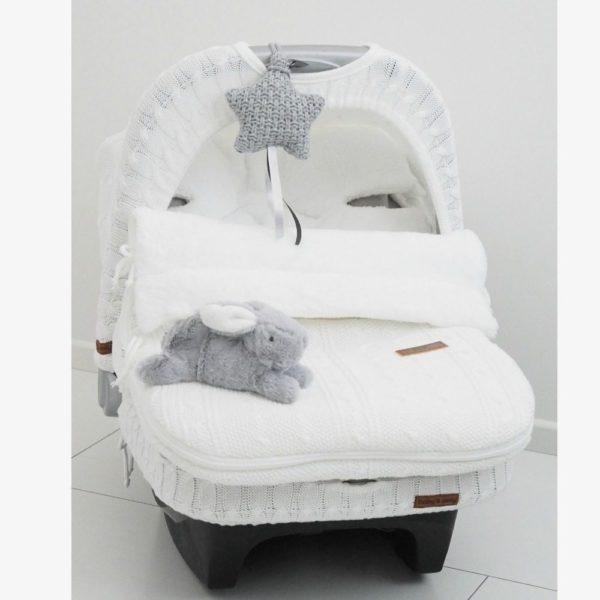 Baby's Only lämpöpussi turvakaukaloon / vaunuihin. Vauvan lämpöpussi on loistava valinta perheelle, joka autoilee paljon ja kätevä silloin, kun vauva nukkuu päiväunia myös vaunuissa. Tämän makuupussin suurin hyöty on se, ettei vauvaa tarvitse pukea ja riisua ulkovaatteista jatkuvasti. Makuupussi toimii lämpöpussina ja pehmikkeenä vaunuissa/ rattaissa sekä autoon kiinnitettävässä turvakaukalossa. Vaunupussissa on aukot viispistevaljaille ja se sopii kaikkiin turvakaukaloihin ja rattaisiin.Myös Autoliitto suosittelee lämpöpussin käyttöä turvakaukalossa toppavaatteiden sijaan, näin valjaat saa kiinni turvallisemmin lähelle vauvaa.