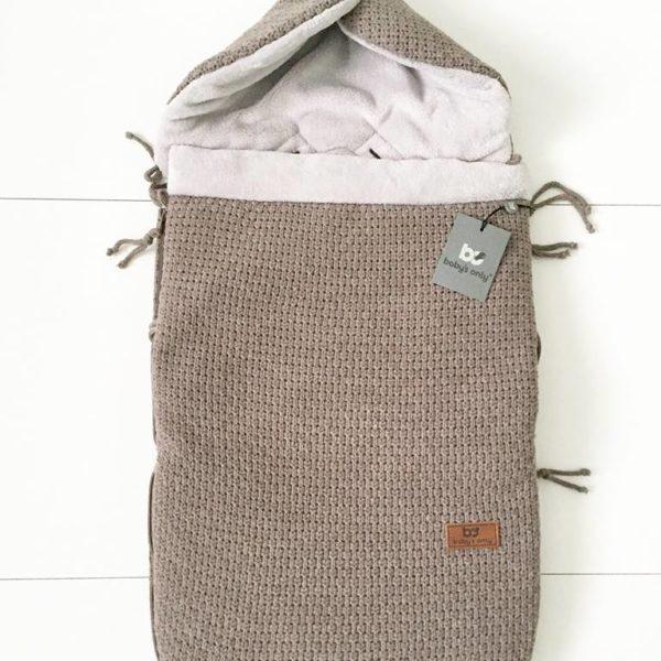 Vauvan lämpöpussi on loistava valinta perheelle, joka autoilee paljon ja kätevä silloin, kun vauva nukkuu päiväunia myös vaunuissa. Tämän makuupussin suurin hyöty on se, ettei vauvaa tarvitse pukea ja riisua ulkovaatteista jatkuvasti. Makuupussi toimii lämpöpussina ja pehmikkeenä vaunuissa/ rattaissa sekä autoon kiinnitettävässä turvakaukalossa. Vaunupussissa on aukot viispistevaljaille ja se sopii kaikkiin turvakaukaloihin ja rattaisiin
