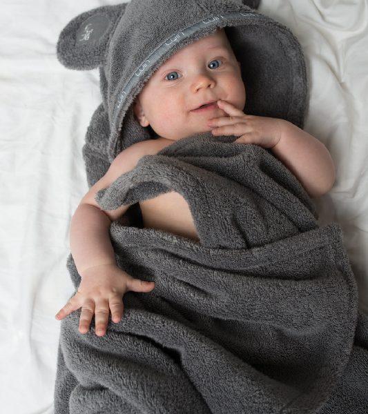 LuinSpa Viittapyyhe vauvalle ( 0-5v ). Kietaise vauva kylvyn jälkeen tähän pehmeään viittapyyhkeeseen, jonka hupussa on suloiset nallekorvat! Tämä vauvapyyhe on tarpeeksi pehmoinen vauvan herkälle iholle ja se kuivaa vauvan hellävaraisesti. Voit kiinnittää viittapyyhkeen edessä olevalla nepparilla, joten se pysyy hyvin myös kävelemään oppineen vauvan vauhdissa! Tämä pyyhe on pitkäikäinen hankinta vauvalle!