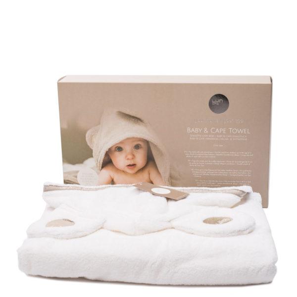 LuinSpa Viittapyyhe vauvalle 0-5v. Kietaise vauva kylvyn jälkeen tähän pehmeään viittapyyhkeeseen ja takaan että sydämesi sulaa. Tilavassa hupussa on syötävän suloiset korvat! Kipaise hakemassa kamera, sillä punaposkinen vauva ja suloinen viittapyyhe ovat vastustamaton yhdistelmä! Kätevä nepparikiinnitys pidentää viittapyyhkeen käyttöikää, joten voit käyttää sitä myös vauvan opittua kävelemään. Ylellisen laadukas huppupyyhe on sisustuksellisesti kaunis ja tyylikäs, näitä on ilo pitää esillä kylpyhuoneessa.