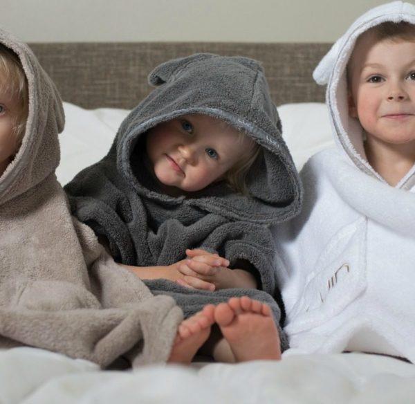 LuinSpa lasten ponchopyyhe hupulla ja nallekorvilla ( 1-4 v. ). Tämä ponchomallinen huppupyyhe on paitsi liikkuvaisen pikkuväen suosiossa -se sulattaa myös vanhempien sydämet! Lapset näyttävät niin suloisilta huppu ja pienet korvat päässään! Lasten suosikkiyksityiskohta on tietysti kaksi tilavaa taskua, jonne on kiva kerätä pieniä tavaroita tai joiden uumenissa voi kantaa oman pillimehun pihasaunalle. Pehmeä pyyhe on näppärän mallinen, se on helppo pukea ja se pysyy liikkuvan lapsen päällä! Ylellisen laadukas huppupyyhe on sisustuksellisesti kaunis ja tyylikäs, näitä on ilo pitää esillä kylpyhuoneessa.