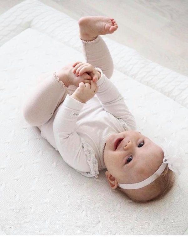 Baby's Only iso leikkimatto. Reilun kokoinen leikkialusta on pehmeä temmellyskenttä vauvasta aina leikki-ikäiselle lapselle saakka. Päältä tyylikästä neulosta, toiselta puoleltaan tasaisen valkoinen -tämä leikkimatto on ajattoman kaunis valinta vauvanhuoneen sisustukseen. Leikkimaton suuren koon ansiosta vauvalla on hyvin tilaa leikkiä ja tutkia leluja, mikä innostaa lasta harjoittelemaan liikkumista. Leikki-ikäiset lapset harjoittelevat matolla kuperkeikkoja ja muita voimistelutemppuja!