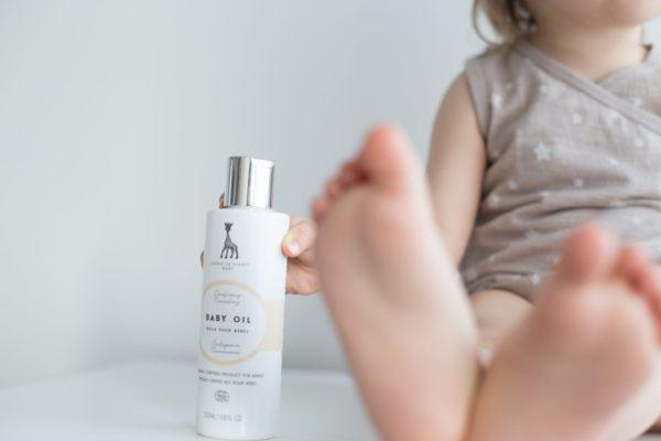 Sophie la Girafe Baby Oil on suloisen ylellinen vauvaöljy, joka puhdistaa, kosteuttaa ja ravitsee. Voit käyttää sitä myös vauvan hierontaan.
