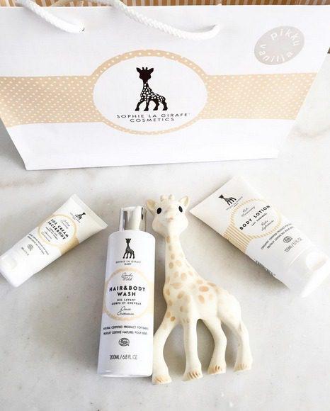 Sophie la Girafe Baby SOS Cream Face & Body on täyteläinen monitoimivoide vauvan kasvoille ja vartalolle. Täsmävoide on loistava suojavoide ulkoiluun: se suojaa lapsen ihoa UV-säteiltä, tuulelta, lämpötilan vaihteluilta sekä kosteudelta. Voide on loistava valinta myös vaippa-alueen iholle!