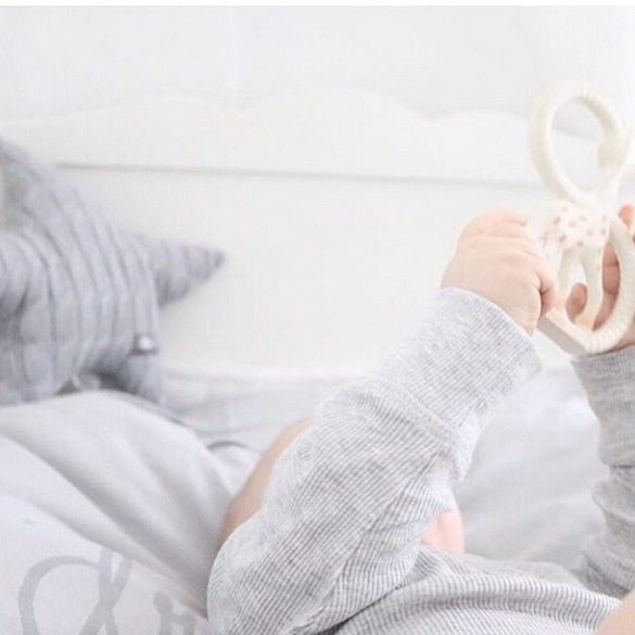 Baby's Only vaaleanharmaa tähtisoittorasia on tyylikäs valinta neutraalinsävyiseen vauvanhuoneeseen. Tähti on pehmeä ja soi kauniisti narusta vetämällä.