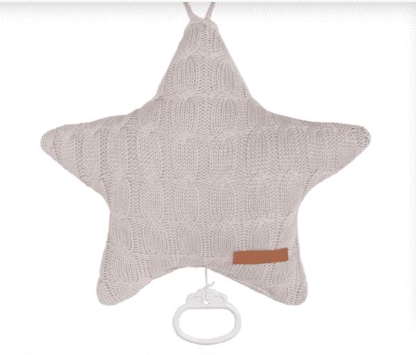 Baby's Only tähtisoittorasia on suloinen lisä vauvan pinnasänkyyn. Soittorasia on tähdenmuotoinen ja pehmeää palmikkoneulosta. Toiselta puolelta neulos on tasaisempaa. Kun vedät narusta, soittorasia soittaa kauniin Tuiki tuiki tähtönen - melodian.