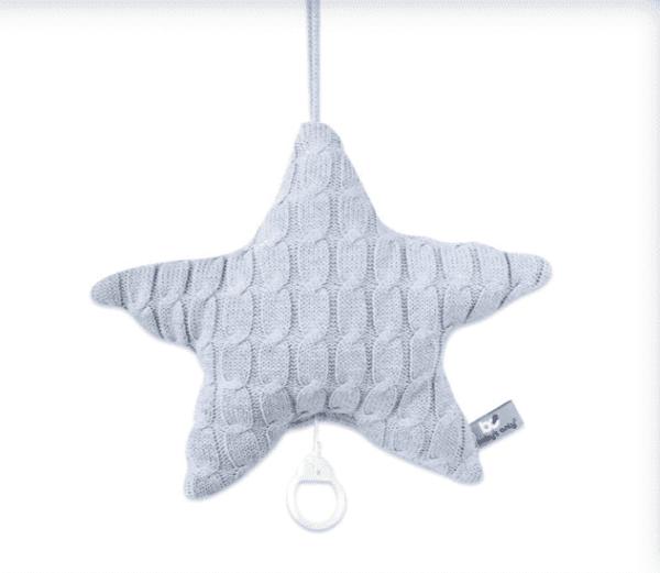 Vaaleanharmaa Baby's Only tähtisoittorasia on suloinen lisä vauvan pinnasänkyyn. Soittorasia on tähdenmuotoinen ja pehmeää palmikkoneulosta. Toiselta puolelta neulos on tasaisempaa. Kun vedät narusta, soittorasia soittaa kauniin Tuiki tuiki tähtönen - melodian.