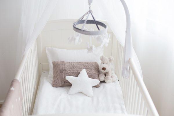 """Baby's Only pehmeä soittorasia on suloinen lisä vauvan pinnasänkyyn. Soittorasia on tähdenmuotoinen ja pehmeää palmikkoneulosta. Toiselta puolelta neulos on tasaisempaa. Kun vedät narusta, soittorasia soittaa kauniin """"Tuiki tuiki tähtönen"""" – melodian."""