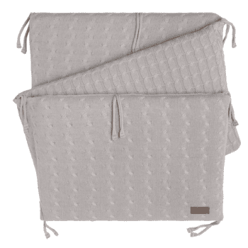 Kaunis, laadukasta neulosta oleva pinnasängyn reunapehmuste/päätysuoja, joka pysyy tukevasti paikallaan. Reunapehmuste on helppo kiinnittää pinnasänkyyn kiinnitysnaruilla. Baby's Onlyn reunapehmuste on tarpeeksi korkea luodakseen pinnasängystä turvallisen nukkumapaikan ja se suojaa vauvaa turhilta kolhuilta.