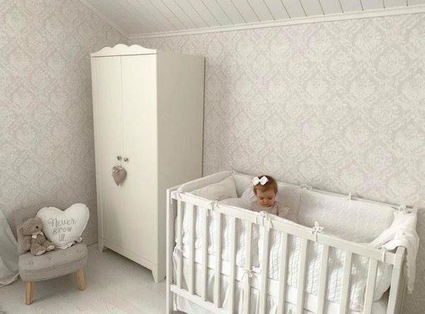 Baby's Only pinnasängyn reunapehmuste/ päätysuoja pinnasänkyyn. Kaunis, laadukasta neulosta oleva pinnasängyn reunapehmuste/päätysuoja, joka pysyy tukevasti paikallaan. Reunapehmuste on helppo kiinnittää pinnasänkyyn kiinnitysnaruilla. Baby's Onlyn reunapehmuste on tarpeeksi korkea luodakseen pinnasängystä turvallisen nukkumapaikan ja se suojaa vauvaa turhilta kolhuilta.