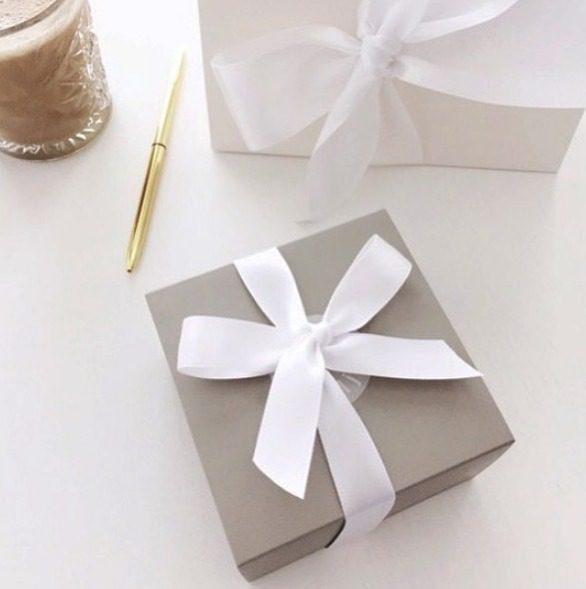 PikkuVaniljan laatikkomallinen lahjakortti on käytännössä pieni rusetilla koristeltu lahjapaketti. Se on monen mielestä kirjekuorta mukavampi ojentaa lahjansaajalle!