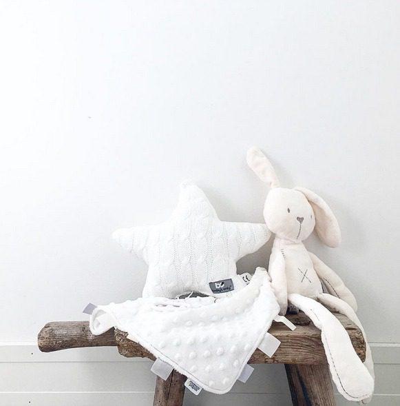 Pehmeä valkoinen tähtisoittorasia on kaunis lisä vauvanhuoneeseen tai pinnasänkyyn. Soittorasian melodia on Tuiki tuiki tähtönen.