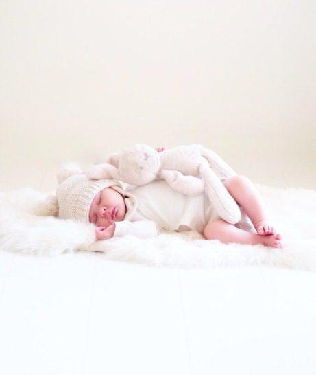 PikkuVaniljan Skinnwille Nelly lampaantalja on hienoa, pehmeää villaa, joka tuntuu sileältä ihoa vasten. Se ei kutita karhean villan tavoin -päinvastoin: villa on erinomainen valinta myös herkkäihoisille tai allergisille vauvoille. Ihana luonnonkuitu! Vauva on mukava laskea taljan päälle makoilemaan tai nukkumaan. Taljaa voi käyttää vauvan kehdossa tai pinnasängyssä lakanan alla päivittäin -villan päällä vauva nukkuu rauhallisemmin ja itkee vähemmän.
