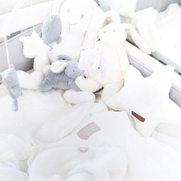 Tämä PikkuVaniljan Baby's Only pehmopupu sulostuttaa minkä tahansa vauvanhuoneen! Valkoinen pupu on kudottu ja se pysyy helposti istuma-asennossa, joten se sopii lasten leikkien lisäksi vauvanhuoneen koristeeksi. Tätä kaveria on helppo halia!