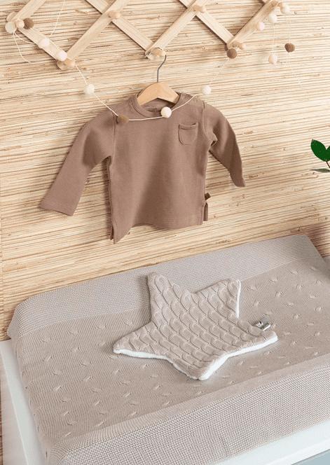 Tämä Baby's Only vaipanvaihtoalustan päällinen sopii lähes kaikkien hoitoalustojen kanssa käytettäväksi. Pehmeä neulos tuntuu mukavalta vauvan selän alla päivän lukuisten vaipanvaihtojen aikana. Päällinen on helppo pestä koneessa ja se kestää 60 asteen pesun. Vaipanvaihtoalustan päällisiä on hyvä olla 2-3 kpl, jolloin vauvalle on aina puhdas setti valmiina. Tyylikästä ilmettä vauvan vaipanvaihtopisteeseen pienellä vaivalla!