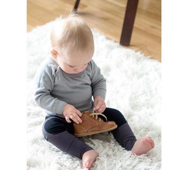 Tämä Baby's Only vauvan paita on pehmeää neulosta ja 100% luomupuuvillaa. Neulepaita on suloinen ja mukava päällä! Pukemista helpottavat avattavat napit pääntiessä. Edessä pieni tasku. Takana koristepaikat kyynärpäiden kohdalla.