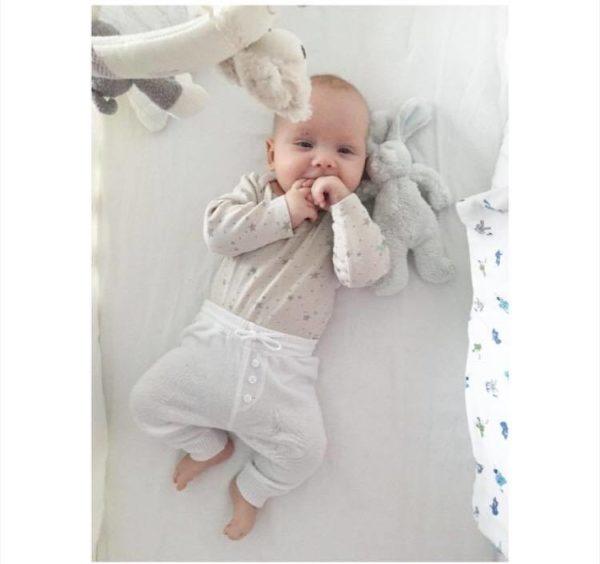 Nämä Baby's Only vauvanhousut ovat pehmeää neulosta ja 100% luomupuuvillaa. Housut ovat suloiset ja mukavat päällä! Edessä polvien kohdalla koristepaikat. Takana pieni tasku.