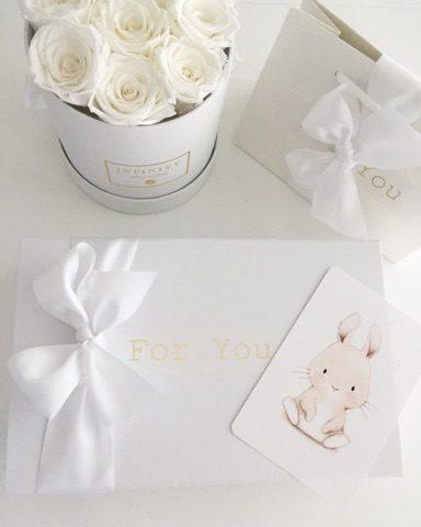 Luksuslahjapaketointi sisältää valkoisen kovan lahjalaatikon, kultaisen For You -tarran ja valkoisen leveän satiininauhan. Luksuslahjapaketti on näyttävä valinta vauvajuhliin, ristiäisiin tai lapsen syntymäpäivälahjaan.