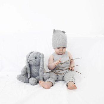 Baby's Only iso pehmopupu,harmaa Tämäpehmopupu sulostuttaa minkä tahansa vauvanhuoneen! Harmaapupu on kudottu ja se pysyy helposti istuma-asennossa, joten se sopii lasten leikkien lisäksi vauvanhuoneen koristeeksi. Tätä kaveria on helppo halia!