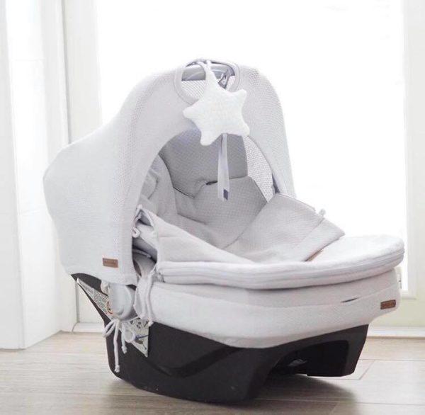 Baby's Only kevytlämpöpussi turvakaukaloon / vaunuihin Vihdoinkin on saatavilla myös kevyempi versio suositusta Baby's Onlyn klassisesta lämpöpussista! Vauvan lämpöpussi on loistava valinta perheelle, joka autoilee paljon ja kätevä silloin, kun vauva nukkuu päiväunia myös vaunuissa. Tämän makuupussin suurin hyöty on se, ettei vauvaa tarvitse pukea ja riisua ulkovaatteista jatkuvasti. Makuupussi toimii lämpöpussina ja pehmikkeenä vaunuissa/ rattaissa sekä autoon kiinnitettävässä turvakaukalossa. Vaunupussissa on aukot viispistevaljaille ja se sopii kaikkiin turvakaukaloihin ja rattaisiin. Myös Autoliitto suosittelee lämpöpussin käyttöä turvakaukalossa, näin valjaat saa kiinni turvallisemmin lähelle vauvaa.