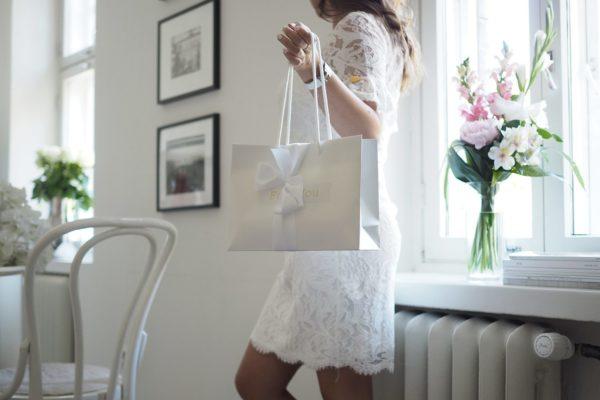 Paketoin lahjasi mielelläni puolestasi. Valitse tilauksellesi lahjapaketointi, niin saat valmiin tyylikkään lahjan toimitettuna joko sinulle tai suoraan vastaanottajalle. PikkuVanilja -paketoinnissa on käytössä laadukkaita valkoisia ja harmaita lahjalaatikoita tai luksuslahjakasseja. Lahjapaketti viimeistellään ylellisellä, leveällä satiininauhalla. Paketti sopii värinsä puolesta kauniisti sekä tyttö- että poikavauvalle.