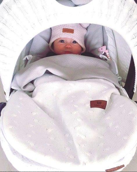 Laura on valinnut tytölleen kevytlämpöpussin valkoisena ja tässä turvakaukalossa on myös valkoinen, palmikkokuosinen kuomu Baby's Onlylta