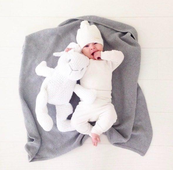 Tämä PikkuVaniljan pehmopupu sulostuttaa minkä tahansa vauvanhuoneen! Valkoinen pupu on kudottu ja se pysyy helposti istuma-asennossa, joten se sopii lasten leikkien lisäksi vauvanhuoneen koristeeksi. Tätä kaveria on helppo halia!