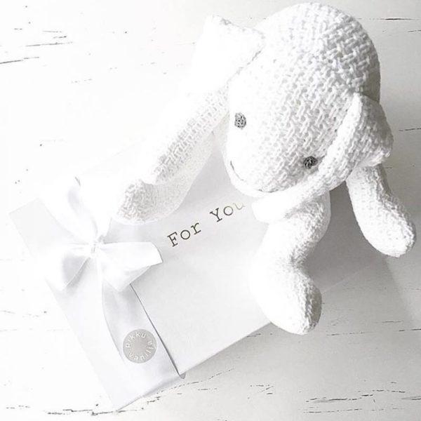 Kun tilaat Baby's Only pupulle luksuspaketoinnin, se toimitetaan valkoisessa magneettiboksissa satiininauhalla viimeisteltynä! Kestävässä laatikossa voit säilyttää vauvamuistoja tai voit käyttää boksia vauvanhuoneen sisustuksessa!