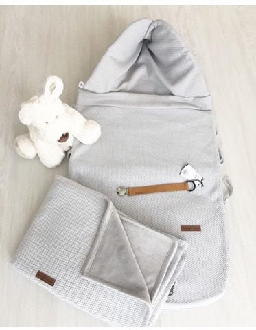 Vauvan lämpöpussi on loistava valinta perheelle, joka autoilee paljon ja kätevä silloin, kun vauva nukkuu päiväunia myös vaunuissa. Tämän makuupussin suurin hyöty on se, ettei vauvaa tarvitse pukea ja riisua ulkovaatteista jatkuvasti. Makuupussi toimii lämpöpussina ja pehmikkeenä vaunuissa/ rattaissa sekä autoon kiinnitettävässä turvakaukalossa.