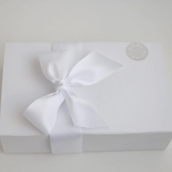PikkuVanilja luksuslahjapaketin laatikkoa voit käyttää myös vauvamuistojen keräämiseen. Laatikko on magneettikiinnitteinen.