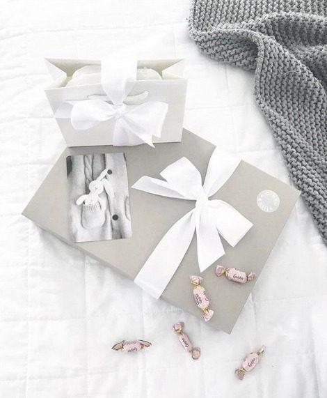 Vaaleansävyinen lahjapaketti Paketoin lahjasi mielelläni puolestasi. Valitse tilauksellesi lahjapaketointi, niin saat valmiin tyylikkään lahjan toimitettuna joko sinulle tai suoraan vastaanottajalle. PikkuVanilja -paketoinnissa on käytössä laadukkaita valkoisia ja harmaita lahjalaatikoita tai luksuslahjakasseja. Lahjapaketti viimeistellään ylellisellä, leveällä satiininauhalla. Paketti sopii värinsä puolesta kauniisti sekä tyttö- että poikavauvalle.