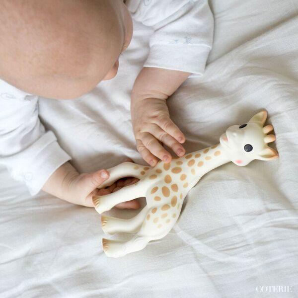 Sophie the giraffe puruleluun vauvan on helppo tarttua ja se kiinnostaa lasta pitkään. Kirahvi vinkuu puristettaessa ja siinä on paljon erilaisia osia, joita vauvan on kiva pureskella hampaiden puhjetessa.