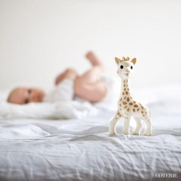 Sophie kirahvipurulelu on vauvalle sopivan kokoinen ja kevyt käsitellä