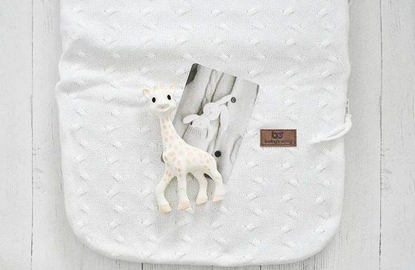 Hanna on valinnut vauvalleen kevytlämpöpussin valkoisena ja lisäksi vauva on saanut itselleen ranskalaisen klassikkopurulelun, Sophie-kirahvin!