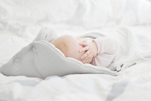 Keveä lämpöpussi korvaa tuulessa liehuvat ja vauvan päältä putoilevat viltit. Vauva pysyy suojassa ja lämpimänä aina turvakaukalossa tai rattaissa matkustaessaan!