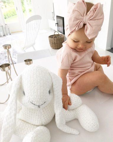 Iso valkea pupu sopii lapsen halikaveriksi, kotileikkeihin ja vauvanhuoneen ajattomaksi koristeeksi. Pupu on todella kaunis esimerkiksi lipaston tai hyllyn päällä.