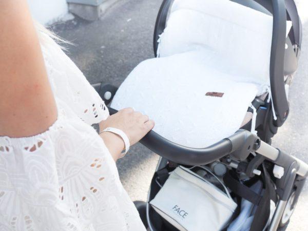 Liiku vauvan kanssa tyylikkäästi ja vaivattomasti! Vastasyntynyt pysyy turvassa kylmältä kevytlämpöpussin sisällä. Kevytlämpöpussi sopii jokaiseen turvakaukalomalliin.
