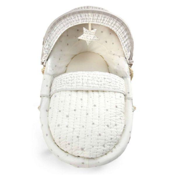 Suloinen korikehto on täydellinen ensisänky pikkuisellesi. Kehtoa on helppo siirrellä huoneesta toiseen ja yöksi voit siirtää sen vanhempien sängyn viereen. Vauva nukahtaa kehtoon helposti pehmeän keinuvan liikkeen ansiosta. Materiaalit ovat laadukkaita ja hyvin hengittäviä. Pakkaus sisältää korin, kuomun, patjan, pehmusteet, käännettävän peiton ja valkoiset keinujalat. Keinujalat ovat lukittavissa keinumattomiksi. Korikehdossa on kantokahvat, joten korin siirtely onnistuu vaivattomasti. Korikehdon koriosaa voit käyttää myös matkasänkynä esim. mummolassa.