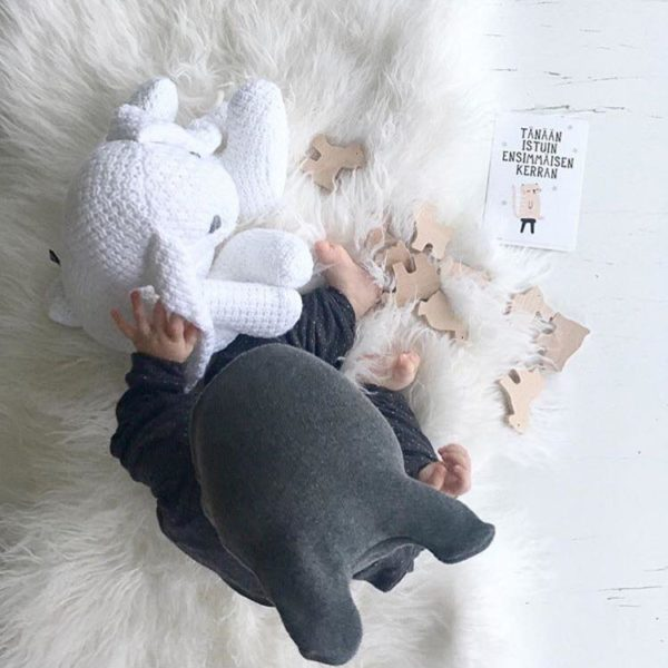 PikkuVaniljan Skinnwille Shansi lampaantaljaon hienoa, pehmeää villaa, joka tuntuu sileältä ihoa vasten. Se ei kutita karhean villan tavoin -päinvastoin: villa on erinomainen valinta myös herkkäihoisille tai allergisille vauvoille. Ihana luonnonkuitu! Vauva on mukava laskea taljan päälle makoilemaan tai nukkumaan. Taljaa voi käyttää vauvan kehdossa tai pinnasängyssä lakanan alla päivittäin -villan päällä vauva nukkuu rauhallisemmin ja itkee vähemmän.