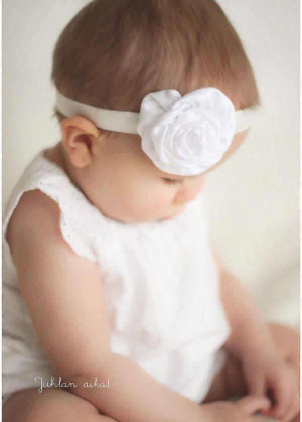 Suloinen tarina sinusta on kirja vauvamuistoille. Vaaleassa kirjassa on runsaasti tilaa myös kuville!