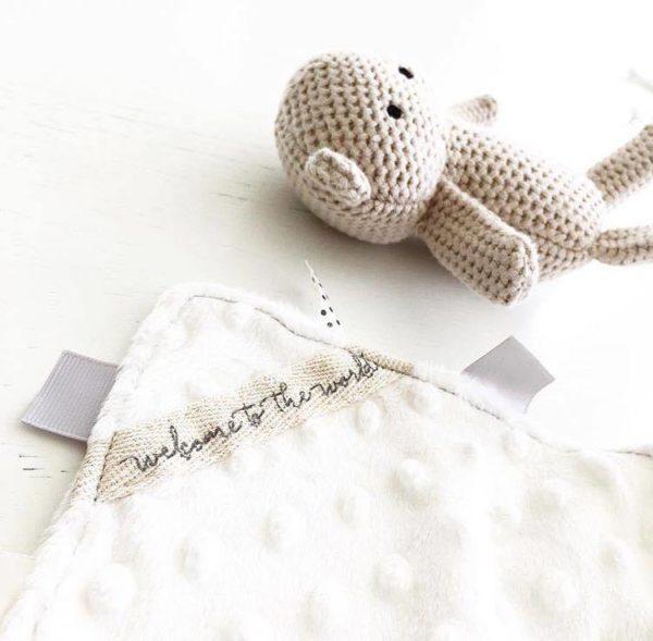 Mamas&Papasin silkkisen sileä vaaleansävyinen uniriepu rauhoittaa vauvaa unille. Unirievun pinnalla on pieniä kohokuvioita, joita vauvat tutkivat mielellään. Vauvat näpertävät sormillaan unirievun ympärillä kulkevia kankaanpaloja juuri ennen nukahtamistaan. Tämä uniriepu on niin pehmeää kangasta, että se tuntuu mukavalta vauvan poskea vasten!