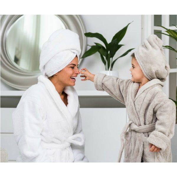Nämä kylpytakit ovat miniversiot tyylikkäistä ja kovasti kehutuista Luin Living kylpytakeista!Ikiomissa kylpytakeissaan lapset näyttävät niin liikuttavilta. Missä välissä he kasvoivat noin isoiksi, vaikka pieniä vielä ovatkin? Kylvyn ja suihkun jälkeen lapset osaavat itse kietoutua kylpytakkiinsa.Lasten suosikkiyksityiskohdattaitavat ollakaksi tilavaa taskua, jonne on kiva kerätä pieniä tavaroita tai joiden uumenissa voi kantaa oman pillimehun saunalle. Pehmeä kylpytakki on helppo pukea ja se pysyy päällä sidottavan vyön avulla. Vyö on ommeltu takaa kiinni kylpytakkiin, joten vyö pysyy hyvin tallessa!
