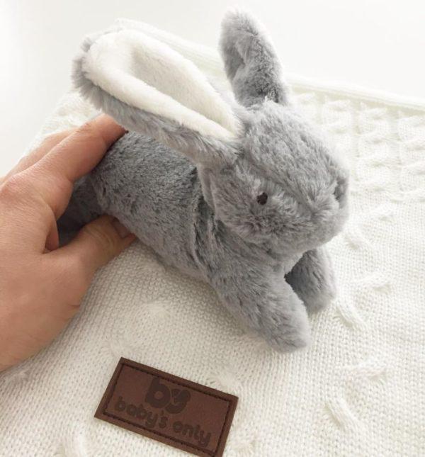 Baby's Only valkoinen pieni vauvanviltti ja Mamas & Papasin harmaa pupu ovat suloinen lisä vauvanhuoneeseen.