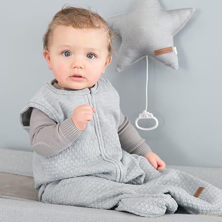 Baby's Only vauvan unipussi, Classic helmenharmaa Mukavan väljän unipussin koko 1 sopii vastasyntyneestä vauvasta noin puolen vuoden ikään saakka, koko 2 sopii 6-18 kk ikäiselle. Vetoketjullinen laadukas unipussi on kaunista ja pehmeää neulosta - todella mukava vauvan päivittäisiin uniin! Kun vauva nukkuu unipussissa, pysyy lämpö tasaisena, eikä ole huolta siitä, ettei peitto pysyisi pienen nukkujan päällä. Unipussi pitää pienet varpaat lämpöisenä koko yön.