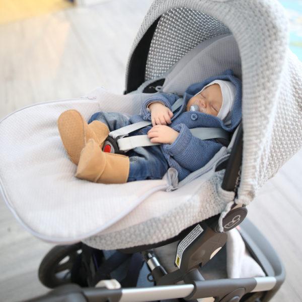 Baby's Onlyn suojaavan kuomun ja päällisen avulla voit muokata vauvan turvakaukalosta omaan ja vauvasi tyyliin sopivan. Lisäksi kuomu tekee kaukalosta suojaisamman ja rauhallisemman matkustavalle vauvalle.