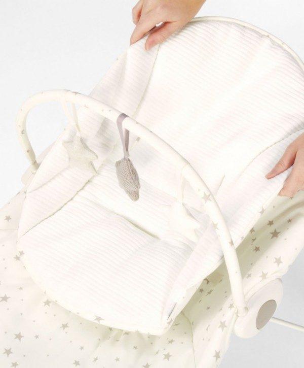 Mamas&Papas Capella Wish Upon a Star vaaleansävyinen vauvan sitteri on kaunis pitää esillä vaikka keskellä olohuonetta! Vauvat viihtyvät ja rauhoittuvat siinä hyvin.