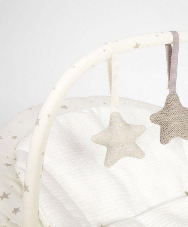 Mamas&Papas Capella Wish Upon a Star vauvan sitterissä on irroitettava lelukaari, joka viihdyttää levotonta vauvaa.